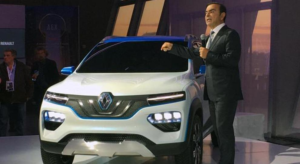 Il ceo di Renault Carlos Ghosn mentre presenta  il mini-Suv K-ZE