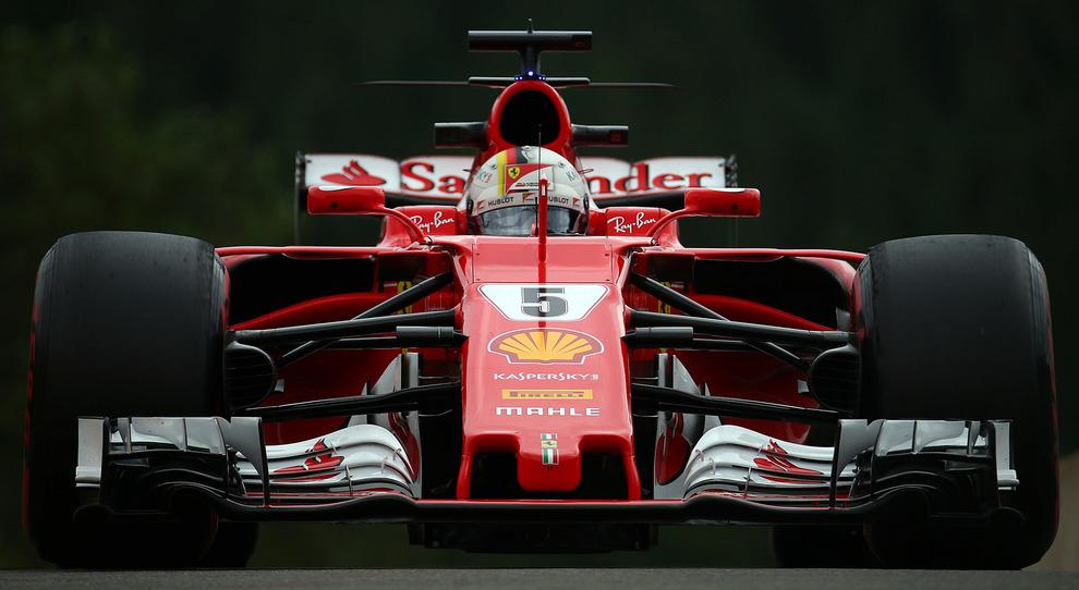 Lewis Hamilton riceve i complimenti da Corinna Schumacher e si commuove