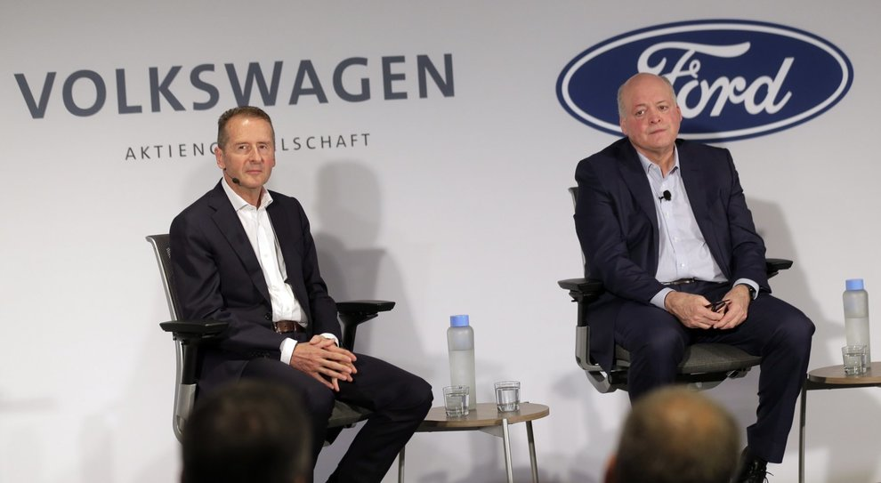 Da destra Jim Hackett ceo di Ford e Herbert Diess ceo del Volkswagen Group alla conferenza stampa di New York in cui annunciano l'alleanza