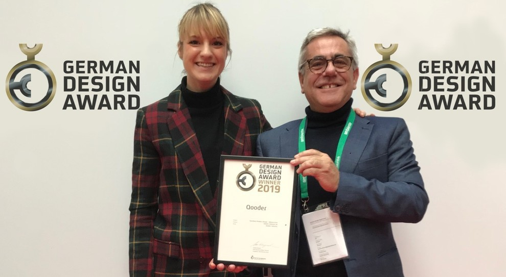 Cecilia Pessina, Head of Marketing and Communication  e Giovanni di Furnari Head of Operations - Brand & Commercial di Quadro Vehicles ricevono il premio